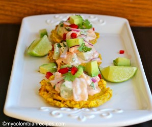 Patacones con Camarón y Aguacate (Fried Green Plantain with Shrimp and Avocado)|mycolombianrecipes.com