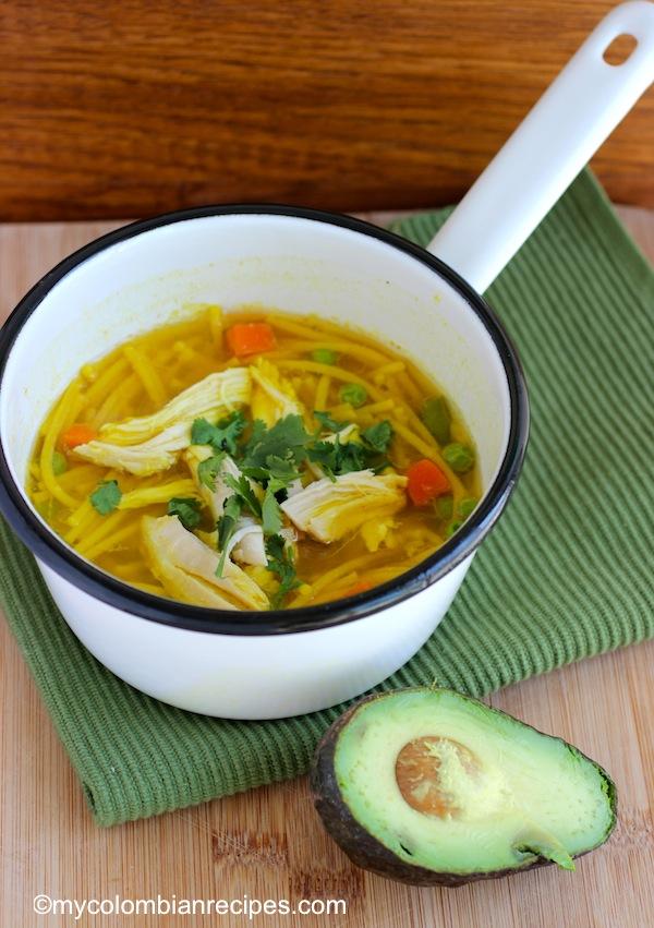 Sopa de Pollo con Pasta Colombiana