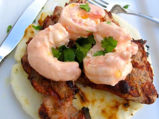 Arepa con Camarones y Cerdo