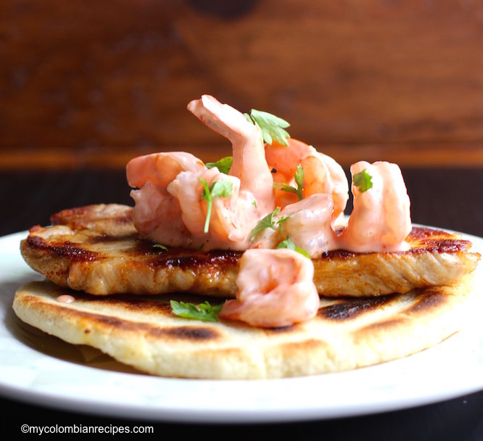 Arepa con Cerdo y Camarones (Arepa with Pork and Shrimp)|mycolombianrecipes.com