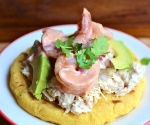 Arepa con Atun and Shrimp (Arepa with Tuna and Shrimp)