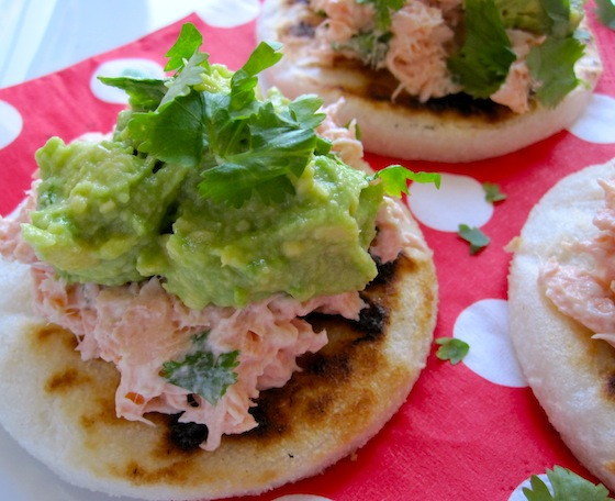 Arepitas con salmon y Aguacate