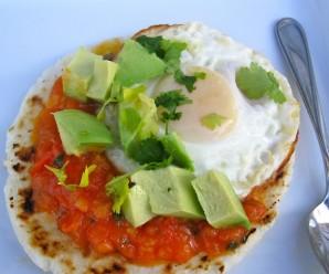 Arepa con huevo hogao y aguacate
