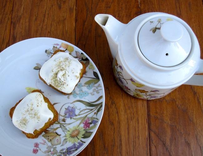 mini cakes w: tea