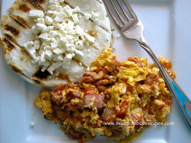 Huevos Pericos con Tocineta (Scrambled Eggs with Tomatoes, Onion and Bacon)