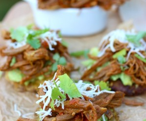 Fried Green Palnatains with Shredded Beef (Patacones con Carne Desmechada) |mycolombianrecipes.com