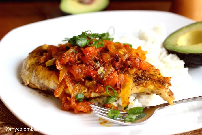 Pollo a la Criolla a Caballo (Chicken with Colombian-Style Creole Sauce) |mycolombianrecipes.com